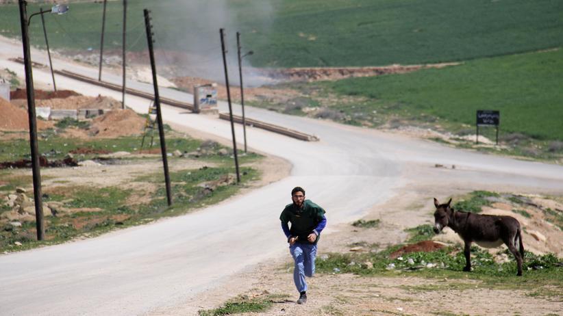 Idlib: Ein syrischer Sanitäter in der Nähe des Angriffsortes in Chan Scheichun