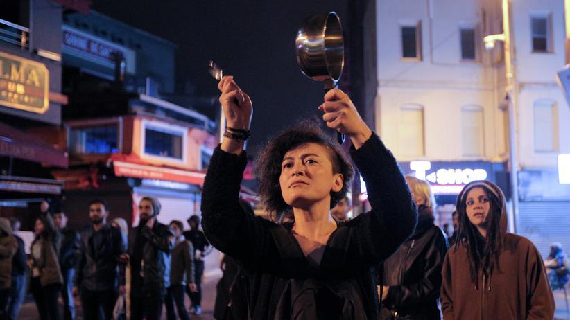 Istanbul: 16. April 2017: Eine Frau trommelt auf einem Topf – ein Symbol der Opposition gegen die türkische Regierung. In den Straßen von Istanbul versammelten sich am Abend nach dem Referendum mehrere Protestgruppen.