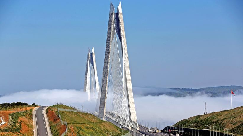 Bosporus: Nebel bedeckt die Yavuz-Sultan-Selim-Brücke in Istanbul.