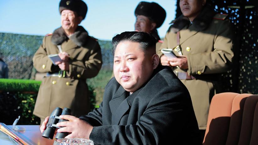 Nordkorea: Nordkoreas Diktator Kim Jong Un bei einer Militärübung, auf einem von der nordkoreanischen Staatsagentur KCNA verbreiteten Foto