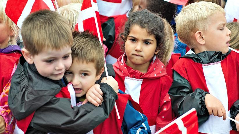 Dänemark: Kinder im dänischen Middelfart während eines Besuchs von Kronprinz Frederic