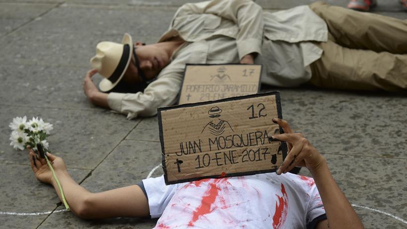 Menschenrechte: Ein Protest für die Toten des Konflikts in Bogotá am 9. April. Juan Mosquera war ein lokaler Aktivist in der Ortschaft Salaquí (Department Chocó). Am 10. Januar 2017 wurden er und sein Sohn Moises von Paramilitärs erschossen.
