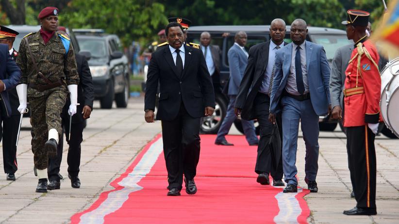 Kongo: Kongos Präsident Joseph Kabila auf dem Weg zu einer Rede in der Hauptstadt Kinshasa Anfang April