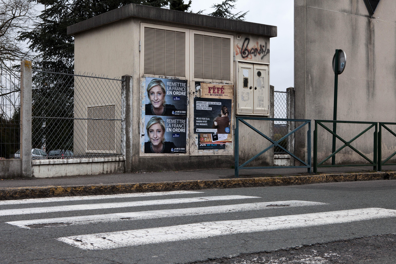 marine-le-pen-frankreich-clermont-provinz-front-national-gymnasium-plakat