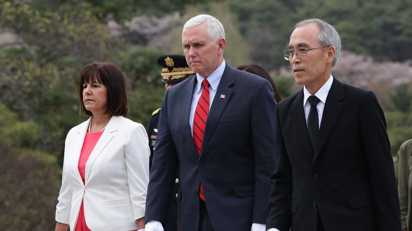 Nordkorea: US-Vizepräsident Mike Pence mit seiner Frau Karen Pence (l.) bei ihrer Ankunft in Seoul, Südkorea
