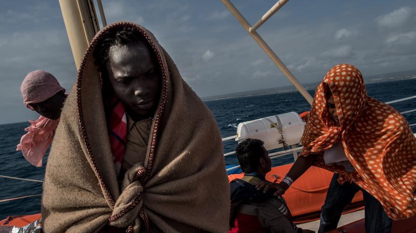 Mittelmeer: Füchtlinge auf einem Rettungsboot im Mittelmeer