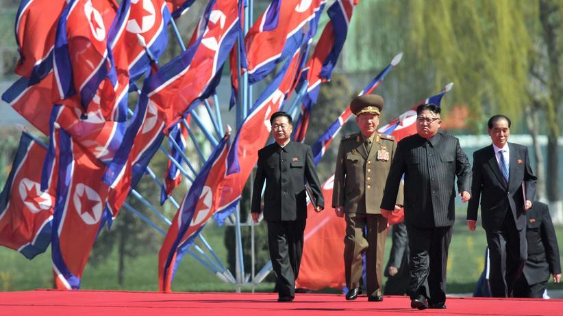 Nordkorea: Der nordkoreanische Diktator Kim Jong Un (2.v.r.) während der Eröffnung eines Wohnungsbauprojekts in Pjöngjang