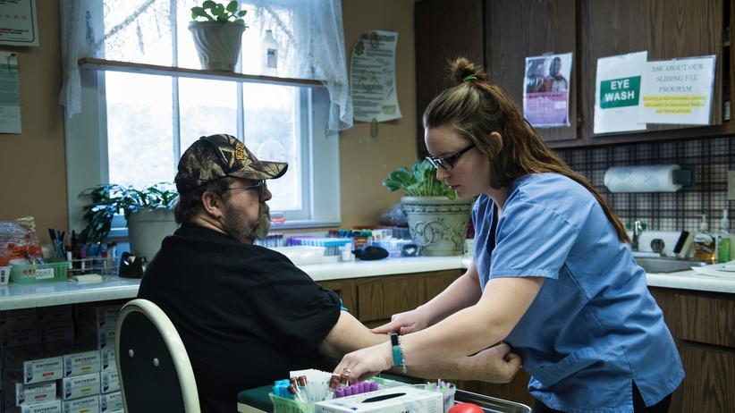 US-Gesundheitssystem: Einem über Obamacare versicherten Patienten wird in einem Gesundheitszentrum in West Virginia Blut abgenommen.