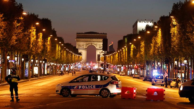 Anschlag in Paris: Polizisten sichern die Champs-Élysées am Donnerstagabend nach dem Angriff auf Polizisten.