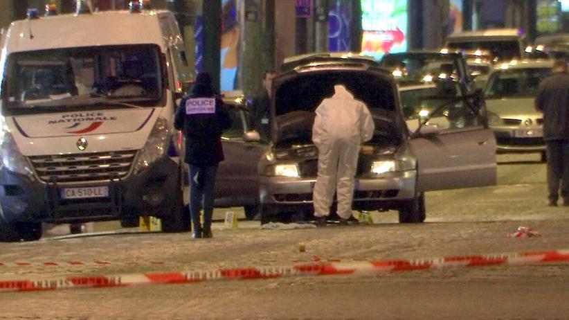 Schießerei in Paris: Ermittler untersuchen das Auto des getöteten Schützen auf den Champs-Elysées.
