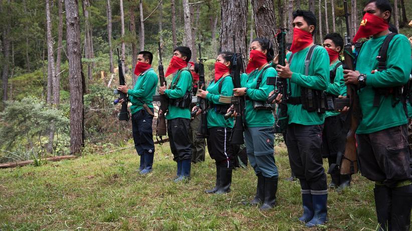 Philippinen: Guerilla-Kämpfer in der philippinischen Mountain Province bei der Feier zum 48. Geburtstag ihrer Organisation, der Neuen Volksarmee
