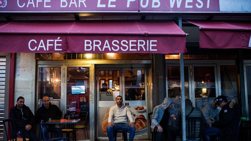 Präsidentenwahl in Frankreich: Nassim (Mitte), der Betreiber der West Bar in Les Mureaux