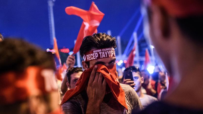 Türkei: Anhänger des türkischen Präsidenten Erdoğan auf dem Taksim-Platz in Istanbul nach dem gescheiterten Putsch im vergangenen Sommer