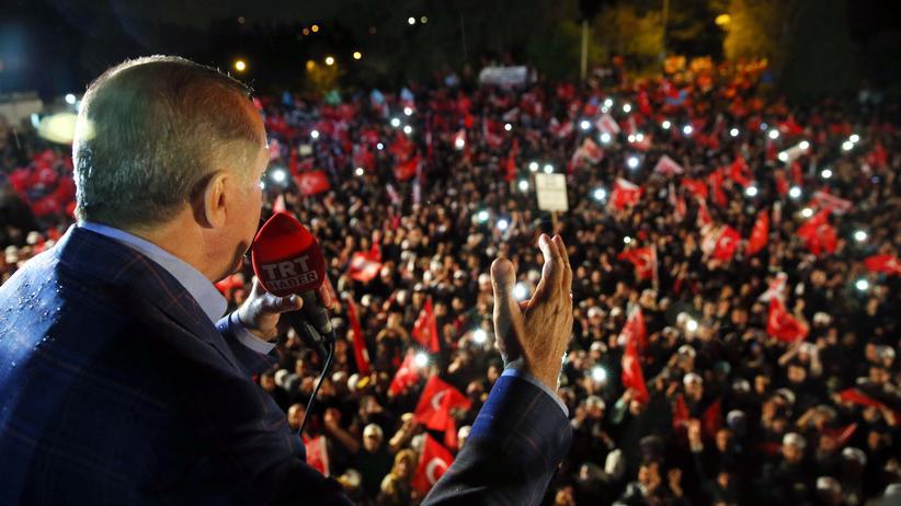 Recep Tayyip Erdoğan: Der türkische Präsident Erdoğan lässt sich am Sonntagabend von Anhängern in Istanbul feiern.