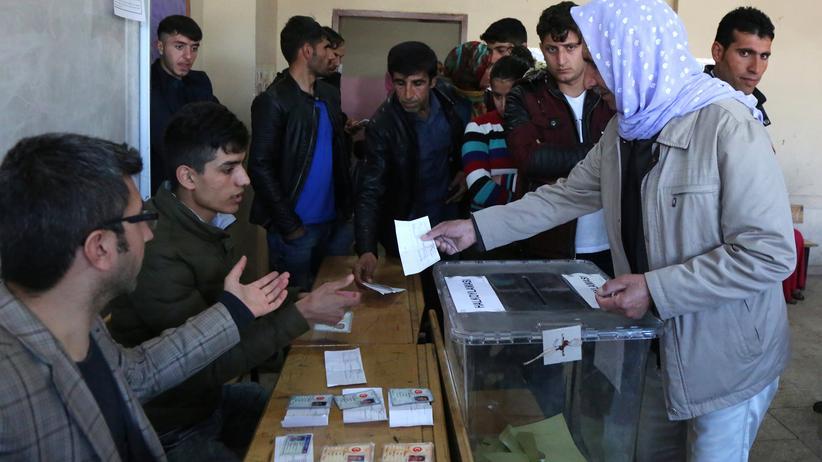 Türkei-Referendum: Personen in einem Wahllokal in der mehrheitlich kurdischen Stadt Diyabakır am Tag des Referendums