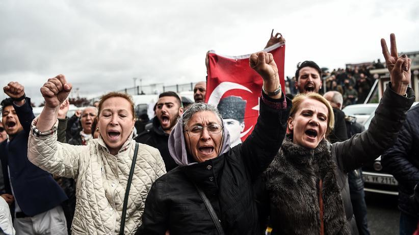 Volksentscheid in der Türkei: Oppositionelle protestieren in Istanbul gegen den Ablauf des Referendums.
