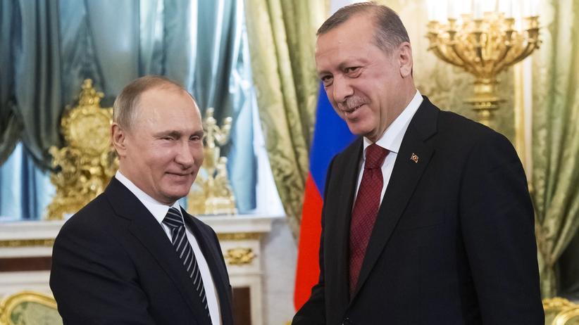 Giftgasanschlag: Russlands Präsident Wladimir Putin (l.) mit dem türkischen Präsidenten Recep Tayyip Erdoğan bei einem Treffen in Moskau Anfang März
