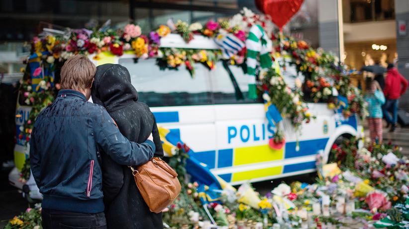 Terroranschlag in Stockholm: In Stockholm legen Bürger am Ort des Terroranschlags Blumen nieder.