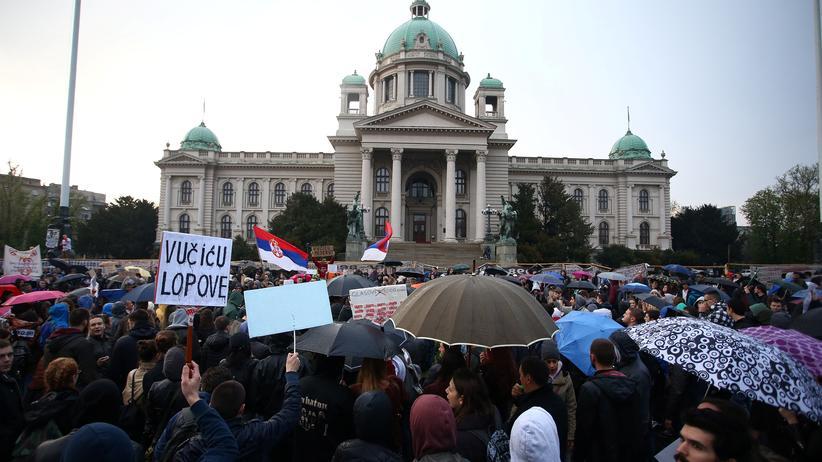 Wahl in Serbien: In Belgrad versammelten sich Tausende Menschen, um gegen den Regierungschef und Präsidenten Aleksandar Vučić zu protestieren.