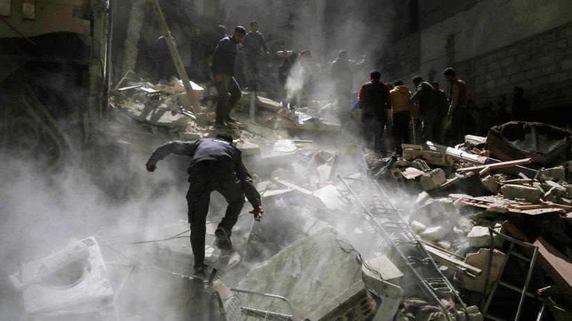 Flüchtlinge: Syrische Freiwillige suchen nach einem Bombenanschlag in den Trümmern eines Hauses nach Überlebenden.