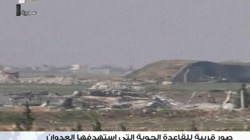 Syrien-Krieg: Ein Flugplatz der syrischen Armee nahe der Stadt Homs wurde von dem US-Luftschlag getroffen.