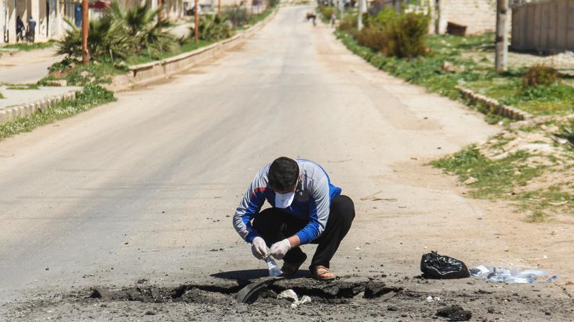 Syrien: Ein Syrer sammelt nach dem Anschlag Bodenproben in Khan Sheikhun in der Provinz Idlib.