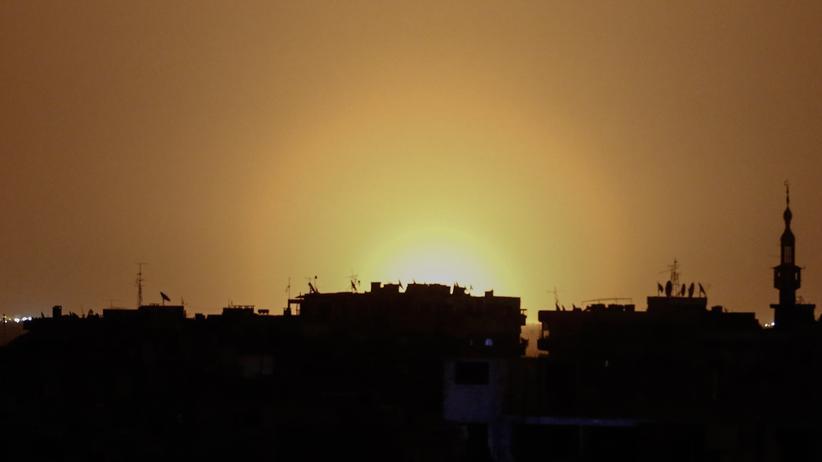 Syrien: Am Flughafen in Damaskus sind nach einer Explosion helle Lichter zu sehen.