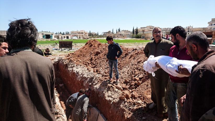 Syrien: Opfer des Giftgasangriffs auf Chan Scheichun in der syrischen Provinz Idlib werden begraben.