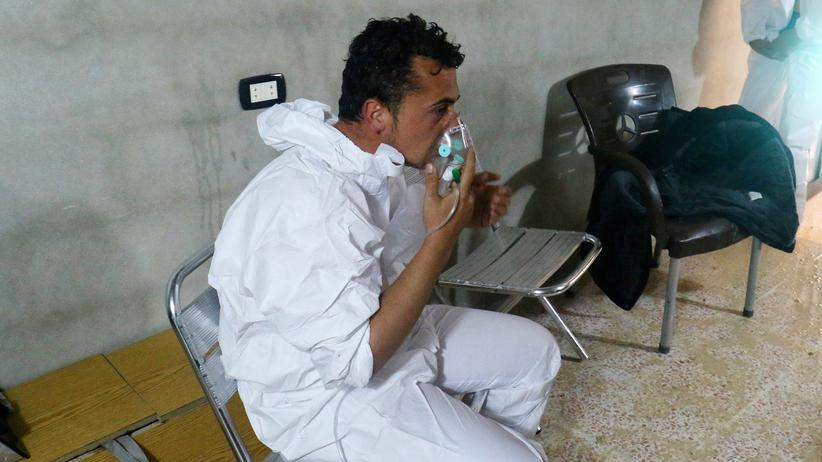 Syrien: Ein Mann wird nach einem mutmaßlichen Giftgasangriff in Chan Scheichun behandelt.