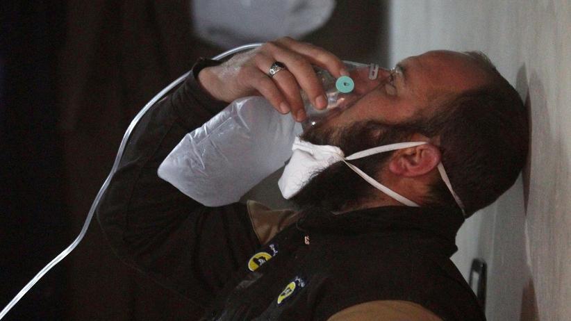 Syrien-Krieg: Ein Mitglied des syrischen Zivilschutzes nach einem Giftgasangriff in Chan Scheichun, Idlib