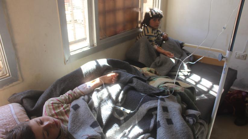 Syrien: Nach einem Giftgasangriff auf den syrischen Ort Chan Scheichun in der Provinz Idlib warten verletzte Kinder in einem Krankenhaus auf ihre Behandlung.