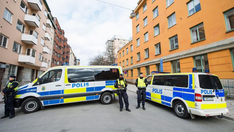 Schweden: Polizisten sichern das Gericht, in dem der Verdächtige des Anschlags in Stockholm verhört wird.