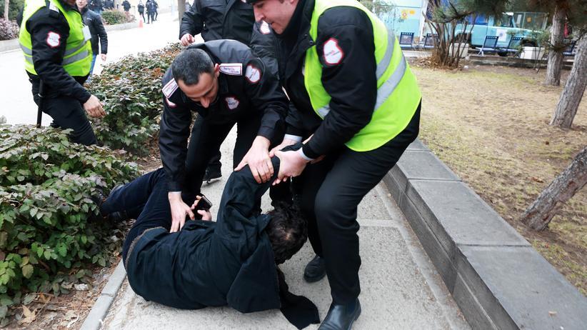 Türkei: Der türkische Staat greift durch: Bei Protesten gegen Lehrermangel an einer Hochschule in Ankara wird dieser Demonstrant festgenommen.