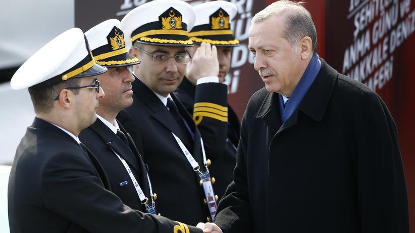 Recep Tayyip Erdoğan: Der türkische Präsident Recep Tayyip Erdoğan und türkische Militärs bei einer Gedenkveranstaltung.