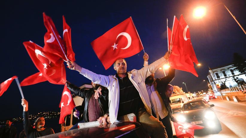 Reaktionen auf Türkei-Referendum: Jubel bei Anhängern Erdoğans in Istanbul