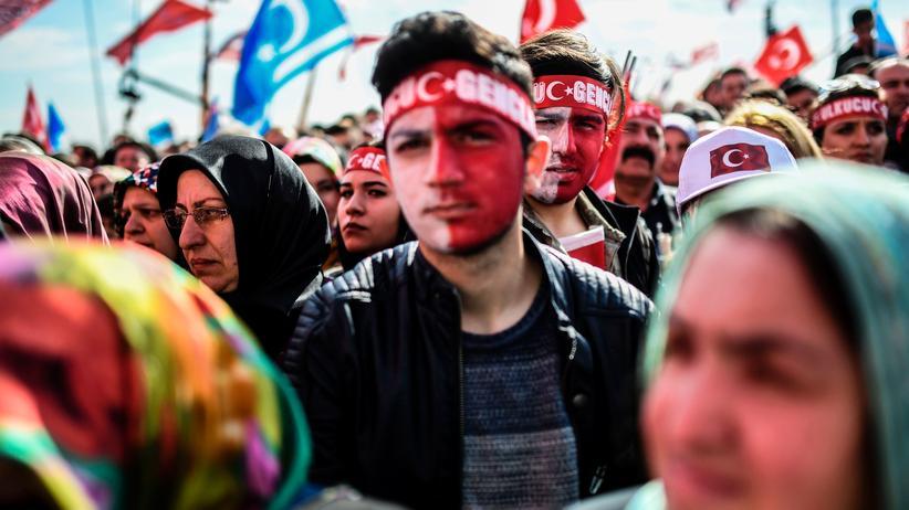 Verfassungsreferendum: Viele Ultranationalisten der MHP  stimmten gegen Präsident Erdoğan ab. Obwohl die Partei sich mit der AKP verbündet hat.