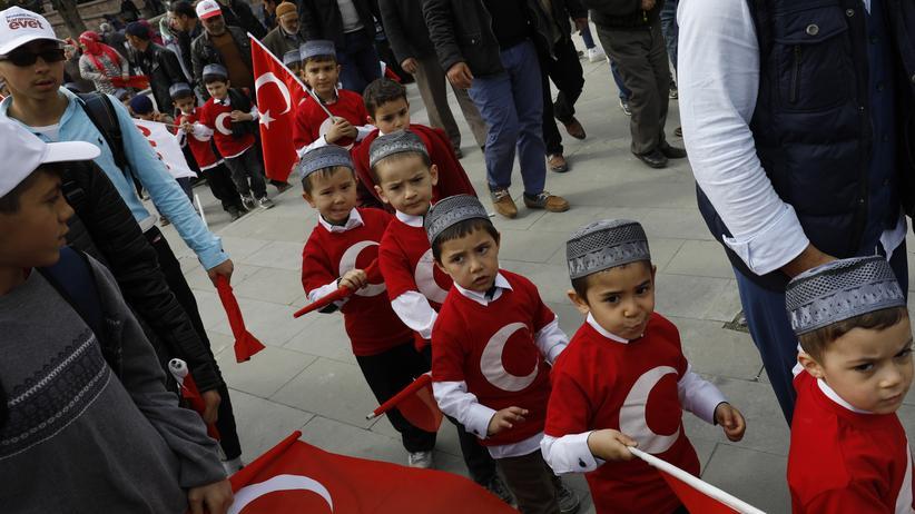 Referendum zur Verfassungsänderung: Kinder in den Farben der türkischen Nationalflagge bei einer Veranstaltung in Konya