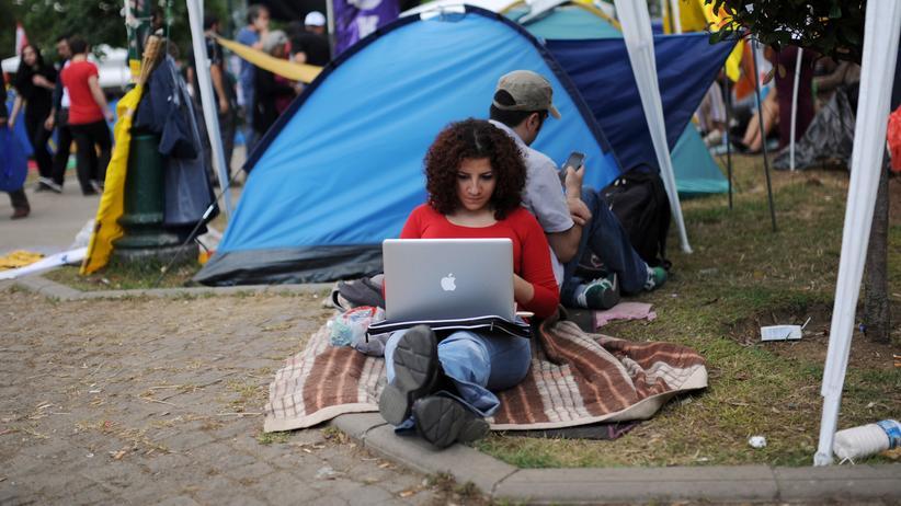 Türkei: In der Türkei wurde die Website von Wikipedia gesperrt. Grund seien Texte, die Terror propagieren würden.