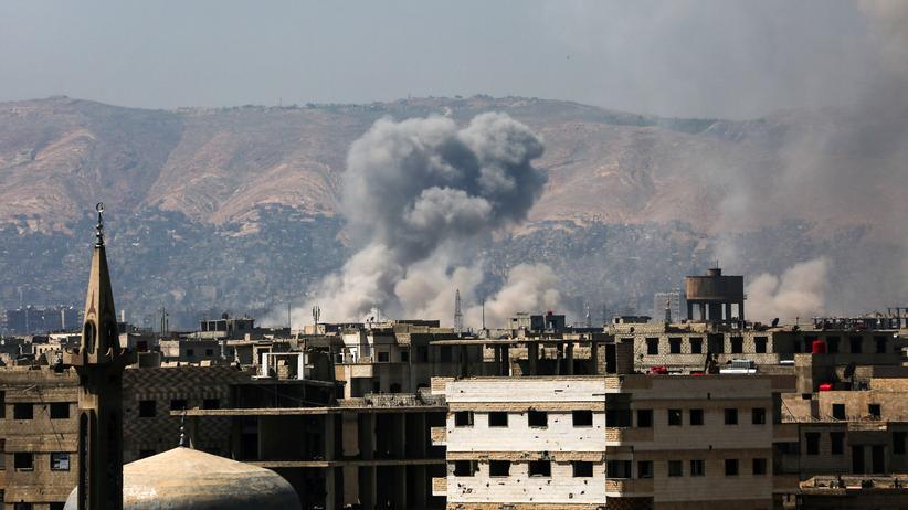 """""""Islamischer Staat"""": Rauch steigt auf nach einem Luftangriff auf ein Stadtviertel der syrischen Hauptstadt Damaskus."""
