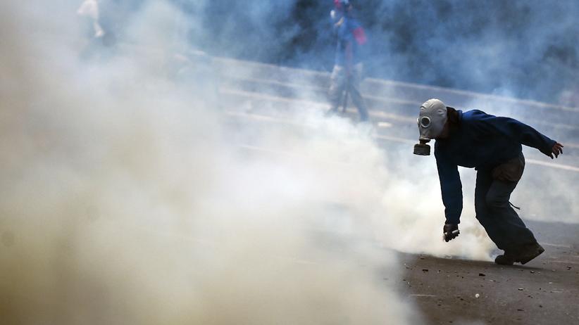 Venezuela: Ein Polizist setzt Tränengas gegen die Demosntranten in Caracas ein.