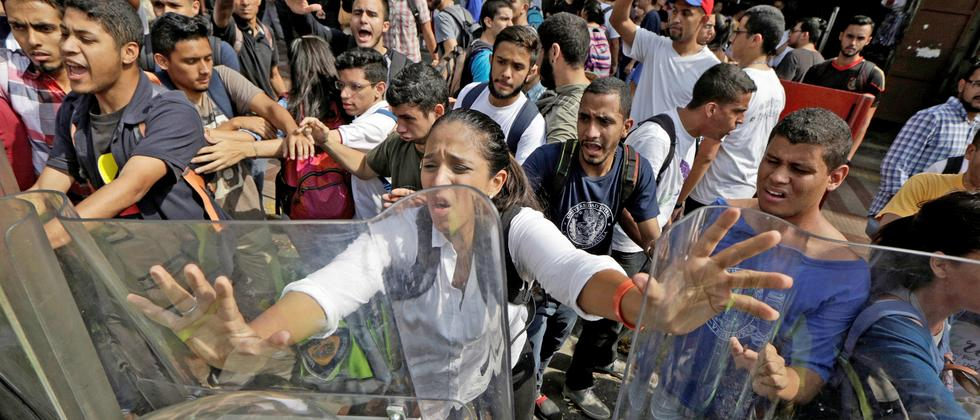 venezuela-nicolas-maduro-politikwissenschaftler-victor-mijares-demonstration