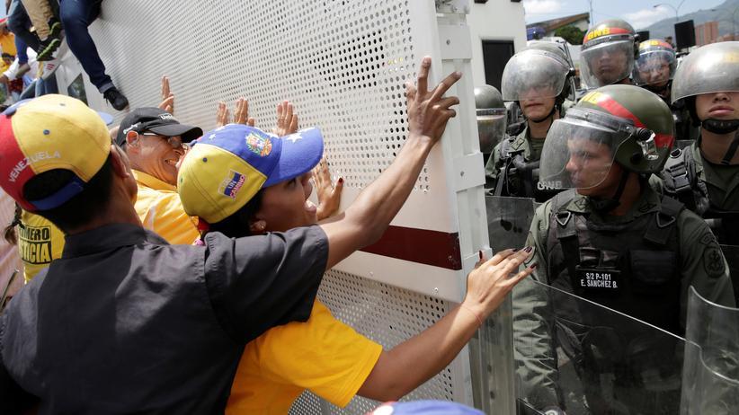 Venezuela: Oppositionelle werden bei einer Demonstration in der venezolanischen Hauptstadt Caracas von der Polizei aufgehalten.