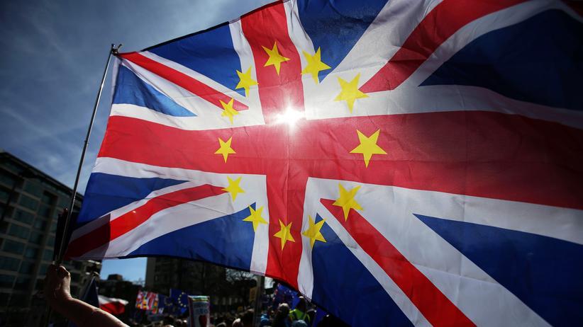 Boris Johnson: Die britische Fahne mit den Sternen der EU geschmückt: Damit protestierten Brexit-Gegner in London.