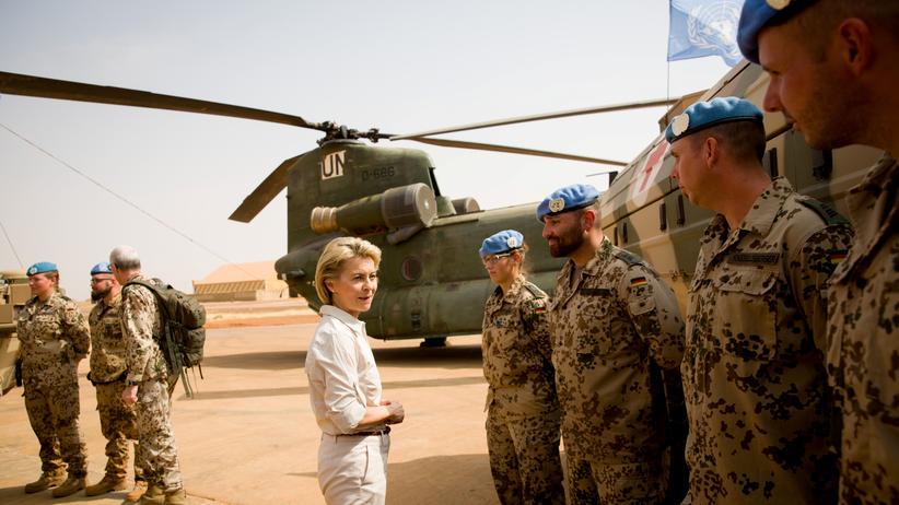 Verteidigungsministerin Ursula von der Leyen bei einem Truppenbesuch in Mali