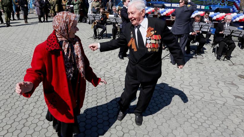Tag des Sieges: Vorbereitung zum Siegestag: Kriegsveteranen tanzen im sibirischen Krasnojarsk. Bild von 2016