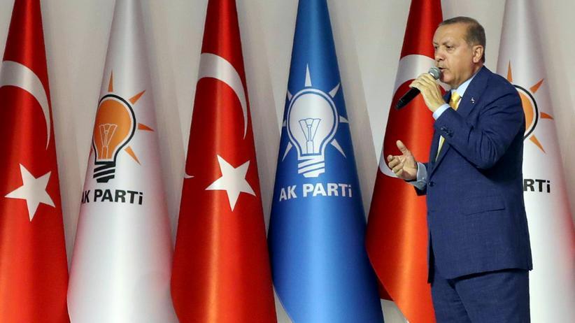 Recep Tayyip Erdoğan: Vollendeter Personenkult: Präsident Erdoğan hält seine Rede auf dem Parteitag der AKP.