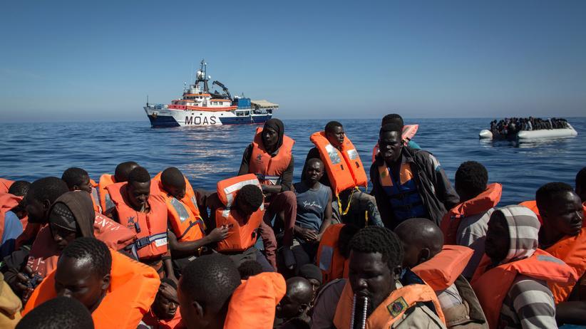 Flüchtlinge: Flüchtlinge auf einem Boot vor Lampedusa am 18. Mai
