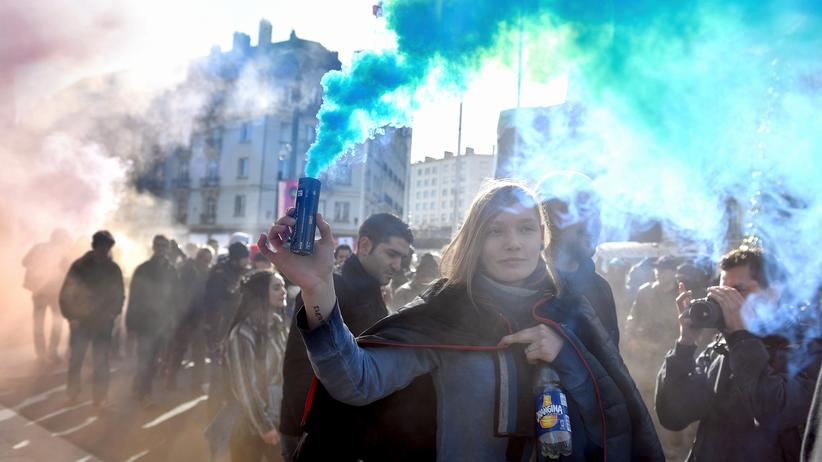 Populismus: Demonstranten gegen das Establishment, fotografiert kurz vor einer Wahlkampfveranstaltung von Marine Le Pen im Februar