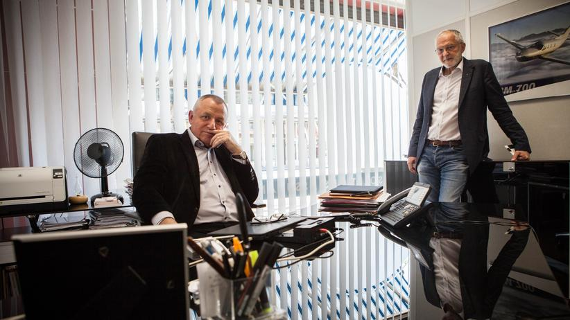 Präsidentschaftswahl in Frankreich: Marc Souvet (l.), in seinem Büro bei der Unternehmensversicherung Satec, zusammen mit Luc Jelandel, der dort die Firmenkunden betreut