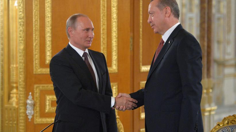 Gazprom: Russlands Präsident Wladimir Putin (li.) und der türkische Staatschef Erdoğan bei der Unterzeichnung des Pipeline-Deals im Oktober 2016.